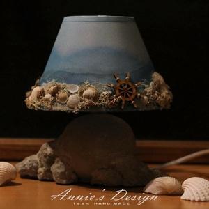 A tenger fényei – asztali kislámpa, Otthon & lakás, Lakberendezés, Lámpa, Hangulatlámpa, Újrahasznosított alapanyagból készült termékek, Festett tárgyak, Egy Jysk-ben vásárolt kislámpát alakítottam át. A lámpatestet saját fejlesztésű technikával szikla h..., Meska