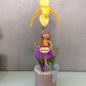 Papucs orchidea gyapjú tündérrel, Otthon & lakás, Dekoráció, Lakberendezés, Kaspó, virágtartó, váza, korsó, cserép, Virágkötés, Nemezelés, Kézzel készített harisnya papucs orchidea, gyapjú tündérrel. A virág kb. 30 cm magas. a figura 12-14..., Meska