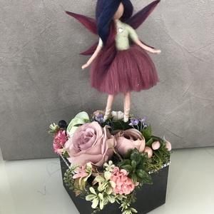 Tündér virágbox, Otthon & Lakás, Dekoráció, Asztaldísz, Festett tárgyak, Nemezelés, Fa ládikába ültetett virágok, melyen egy tündérke lépdel.\nKedves, vidám, minden alkalomra adható egy..., Meska