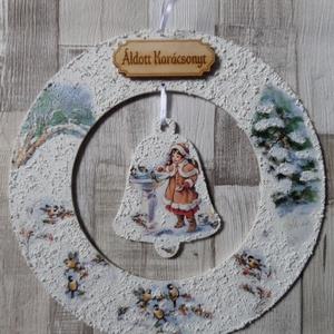 Téli,karácsonyi koszorú alakú ajtódísz,üdvözlőtábla harang függővel kislány madarakkal mintával, Karácsonyi kopogtató, Karácsony & Mikulás, Otthon & Lakás, Decoupage, transzfer és szalvétatechnika, Téli ,karácsonyi koszorú alakú ajtódísz,üdvözlőtábla harang függővel a közepén kislány madarakkal mi..., Meska