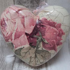 Vintage rózsa mintás szív alakú dísz repesztett hatással, Falra akasztható dekor, Dekoráció, Otthon & Lakás, Decoupage, transzfer és szalvétatechnika, Rózsa mintás szív alakú polisztirol dísz különböző mintákkal díszítve és finom vonalas repesztéssel,..., Meska