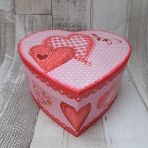 Szív alakú doboz szíves mintával, Dekoráció, Otthon & lakás, Lakberendezés, Tárolóeszköz, Decoupage, transzfer és szalvétatechnika, Festett tárgyak,  Szív alakú papír doboz dekupázs technikával díszítve.Mérete:12,5x12x6,5 cm.A tető belső oldalára vá..., Meska