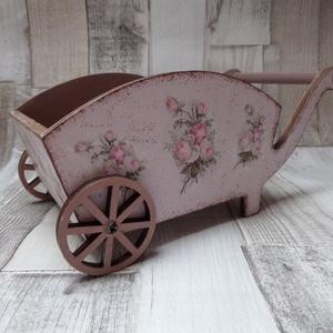 Vintage rózsa mintás kis talicska, Dísztárgy, Dekoráció, Otthon & Lakás, Decoupage, transzfer és szalvétatechnika, Vintage rózsa mintás kis talicska.Szép dekoráció lehet polcra,asztalra.Húsvéti dekorációnak is haszn..., Meska