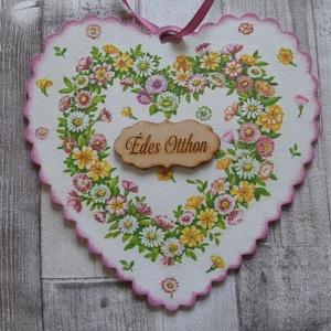 Mezei virág mintás fodros szélű szív alakú ajtódísz,függődísz,üdvözlőtábla, Dekoráció, Otthon & lakás, Lakberendezés, Ajtódísz, kopogtató, Ünnepi dekoráció, Anyák napja, Szerelmeseknek, Decoupage, transzfer és szalvétatechnika, Szív alakú fodros szélű ajtódísz ,függődísz,ajtótábla mezei virág mintával választható felirattal.Mé..., Meska