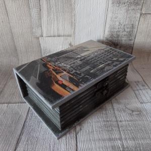 New York taxi mintás könyv alakú zárható fedelű doboz, Otthon & lakás, Lakberendezés, Tárolóeszköz, Doboz, Decoupage, transzfer és szalvétatechnika, Festett tárgyak, New York taxi mintás könyv alakú kis doboz kallantyús zárral dekupázs technikával díszítve.A belseje..., Meska