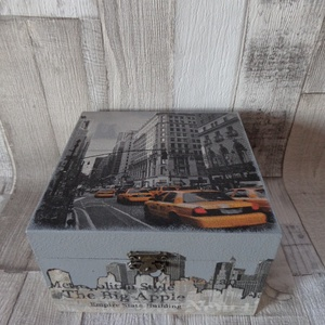 New York taxi mintás fa doboz 15x15 cm, Otthon & lakás, Lakberendezés, Tárolóeszköz, Doboz, Decoupage, transzfer és szalvétatechnika, Festett tárgyak, New York taxi mintás doboz dekupázs technikával díszítve.Mely használható apróságok,ékszerek tárolás..., Meska