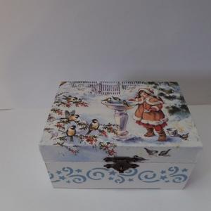 Karácsonyi mintás kis fa doboz, Otthon & Lakás, Karácsony & Mikulás, Karácsonyi dekoráció, Decoupage, transzfer és szalvétatechnika, Karácsonyi mintás kis fa doboz.Belül vízbázisú lazúrgéllel festettem.A külseje lakkozva van,így nedv..., Meska