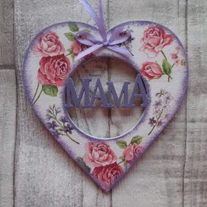 Szív alakú dísz Mama felirattal, Dísztárgy, Dekoráció, Otthon & Lakás, Decoupage, transzfer és szalvétatechnika, Szív  alakú dísz Mama  felirattal többféle mintával dekupázs/decoupage technikával díszítve.Mérete:1..., Meska