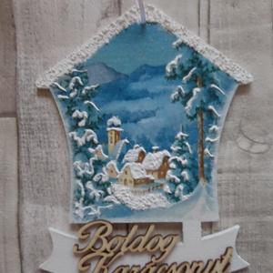 Téli falu mintás házikó alakú ajtódísz,függődísz,üdvözlőtábla, Karácsony & Mikulás, Karácsonyi kopogtató, Decoupage, transzfer és szalvétatechnika, Téli falu mintás házikó alakú ajtódísz,ablakdísz,függődísz,üdvözlőtábla.Helyenként hópasztával díszí..., Meska