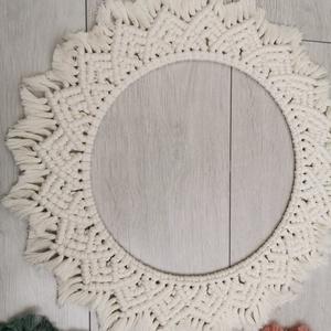 Makramé mandala, Mandala, Dekoráció, Otthon & Lakás, Csomózás, Natúr színű, 100%-ban újrahasznosított sodrott pamut zsinórból készült, 48 cm-es kördísz rejtett aka..., Meska