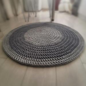 Horgolt pamutszőnyeg, Otthon & Lakás, Lakástextil, Szőnyeg, Horgolás, 95 cm-es tiszta pamut szőnyeg szürke-sötétszürke színben. 5 mm-es, prémium minőségű zsinórfonalból k..., Meska