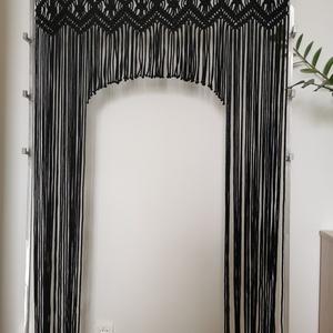 Makramé térelválasztó függöny, Otthon & Lakás, Lakástextil, Függöny, Csomózás, Újrahasznosított alapanyagból készült termékek, 93*190 cm-es függöny fekete színben. Anyaga: 5 mm vastagságú, prémium minőségű zsinórfonal, mely 100..., Meska