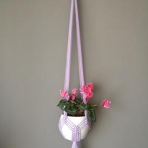 Makramé virágtartó levendula színben, Otthon & Lakás, Dekoráció, Virágtartó, Csomózás, Újrahasznosított alapanyagból készült termékek, Újrahasznosított pamut zsinórfonalból készült függő virágtartó.\nAkasztója fa karika.\nTeljes hossza: ..., Meska