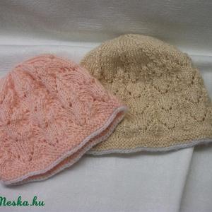 Bézs, vagy rózsaszín kötött sapka. Csipkekötéssel készített bébi sapka 3-4 hónapos babáknak (AnniMari) - Meska.hu