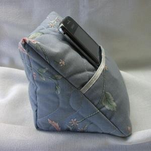 Mobiltartó. Telefon, e-book, tablett tárolására, zsebes tároló, Táska & Tok, Ebook & Tablet tok, Laptop & Tablettartó, Flízzel töltött pamutvászon zsebes párna.  Mindíg meglesznek a kütyüid, ha hozzászoksz, hogy egy ado..., Meska