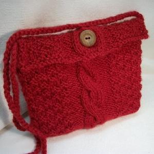 Piros, kötött kis táska, mini táska, tarisznya, szütyő, készség, Táska & Tok, Válltáska, Kézitáska & válltáska, A jókedv és a Valentin nap nevében!  Gyönyörű, piros, jó tartású, gyapjú fonalból kötöttem ezt a kis..., Meska