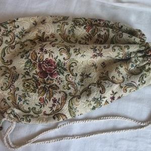 Vállra akasztható, barokkos mintájú tarisznya, szatyor, táska, Táska & Tok, Kézitáska & válltáska, Vállon átvethető táska, Egy vállon hordható, maradék bútor szövetből készült szatyor. Belül nyers vászon bélés, egy zsebbel...., Meska