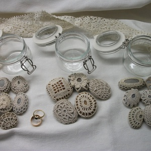 Kis kavicsok horgolt ruhában, 2850Ft/üveg, Otthon & Lakás, Kavics & Kő, Dekoráció, Kis, dekor befőttes üvegeket töltöttem meg apró kavicsokkal, amiket körbe horgoltam. Együtt fényképe..., Meska
