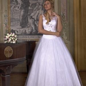 Esküvői ruha, Esküvő, Menyasszonyi ruha, Ruha, Csipke pántos. Felsőrésze fűzős,eleje csipke rátéttel dízsitett swarovski köves.Szoknya része több r..., Meska