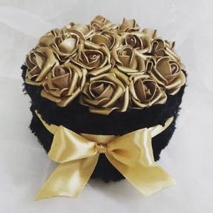 Arany plüss rózsabox, Otthon & Lakás, Dekoráció, Asztaldísz, Virágkötés, Arany polyfoam rózsák plüss boxban.\nMagasság 10 cm\nSzélesság 14 cm, Meska