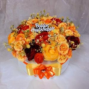 Anyák napi rózsabox , Otthon & Lakás, Dekoráció, Asztaldísz, Virágkötés, Selyem rózsából készült box Anyák napjára. \nA felirat módosítható.\nÁtmérő 25 cm\nMagasság 18 cm..., Meska