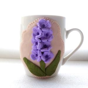 Virág bögre, Konyhafelszerelés, Otthon & lakás, Bögre, csésze, Gyurma, A bögre díszítését kézzel formáztam süthető gyurmából.\nA bögre mindennapos használatra alkalmas, de ..., Meska