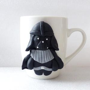 Darth Vader bögre, Otthon & lakás, Konyhafelszerelés, Bögre, csésze, Gyurma, A bögre díszítését kézzel formáztam süthető gyurmából.\nA bögre mindennapos használatra alkalmas, de ..., Meska
