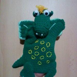 Süsü sárkány horgolt kesztyűbáb formában, Játék & Gyerek, Bábok, Kesztyűbáb, Horgolás, Horgolással készült egyfejű sárkány kesztyűbáb. Barátságos játszópajtás, de hűséges alvópajti is leh..., Meska