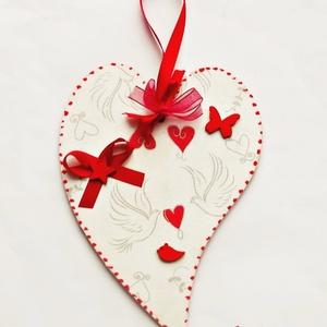 Szívek világa - Valentin-ajtódísz, Otthon & lakás, Lakberendezés, Tárolóeszköz, Ajtódísz, kopogtató, Decoupage, transzfer és szalvétatechnika,   20x14 cm-es díszt készítettem découpage-technikával, szalagokkal, fadíszekkel. Valentin-napi aján..., Meska