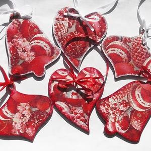 Piros-ezüst - fa karácsonyfadíszek, Karácsonyfadísz, Karácsony & Mikulás, Otthon & Lakás, Decoupage, transzfer és szalvétatechnika, Papírművészet, Découpage-technikával készült ez a 6 darab, 9x9/10/11 cm-es karácsonyfadísz, piros-fehér-ezüst színe..., Meska