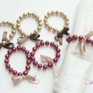 Bordó-arany - szalvétagyűrűk, Otthon & lakás, Dekoráció, Konyhafelszerelés, Esküvő, Esküvői dekoráció, Ékszerkészítés, Gyöngyfűzés, gyöngyhímzés, 8 mm-es óarany és bordó tekla és pici üveggyöngyökből,  szatén masni (a bordón óaranyhoz hasonlító, ..., Meska