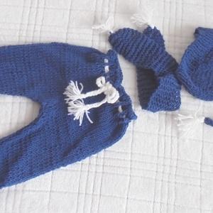 Kék baba szett, Ruha & Divat, Babaruha & Gyerekruha, Nadrág, Kék és fehér fonalból kötöttem ezt a babaegyüttest (nadrág, sapka, sál). Fotókelléknek is alkalmas. ..., Meska