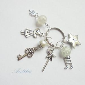 Hajnali séta - kulcstartó , Táska & Tok, Kulcstartó & Táskadísz, Kulcstartó, Antik ezüst színű charmokból fehér  gyöngyökből készítettem ezt a kulcstartót. 8000 ft feletti vásár..., Meska