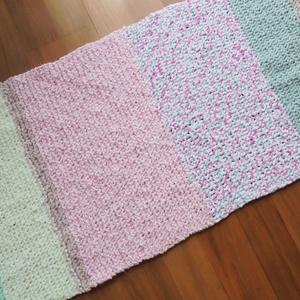 Szőnyeg a babaszobába, Otthon & Lakás, Lakberendezés, Vastag , több féle Himalaya fonalból kötöttem ezt a 107x53 cm-es puha kis szőnyeget. Babaszobában, k..., Meska
