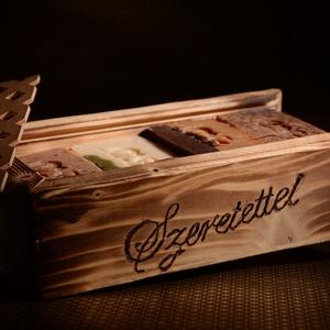 Feliratozható eltolható tetejű fa ajándékdoboz 3 választható kecsketejes gyógynövényszappannal, Férfiaknak, Szépség(ápolás), Táska, Divat & Szépség, Krém, szappan, dezodor, Kecsketejes szappan, Szappankészítés, Famegmunkálás, Gyönyörű antikolt eltolható tetejű fadobozka,mely elegáns csomagolása lehet 3 db kiváló minőségű kec..., Meska