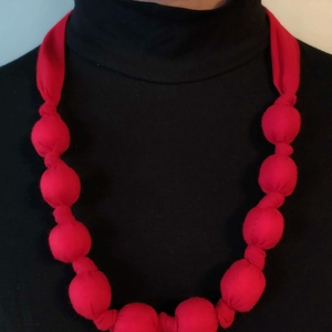 Piros textil nyakdísz, Ékszer, Nyaklánc, Bogyós nyaklánc, Varrás, Hossza: 90 cm\nAnyaga: kívül pamut puplin, belül műszálas töltet\nHátul masnira is köthető.\nIgény szer..., Meska