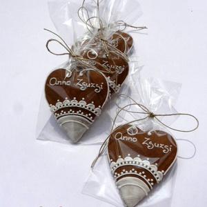 Egyszerű csipke,natúr alapon,köszönő ajándéknak,esküvőre, Dísztárgy, Dekoráció, Otthon & Lakás, Mézeskalácssütés, 5 db natúr alapra készült 8X7 cm méretű szív.\n\nKét keresztnévvel feliratozott,fehér csipke mintával...., Meska
