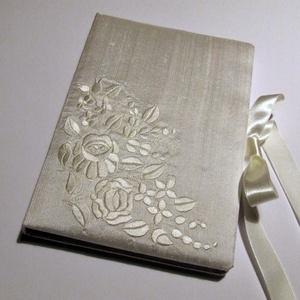 Esküvői Vendégkönyv X., Esküvő, Vendégkönyv, Emlék & Ajándék, Kalocsai hímzéssel díszített törtfehér hernyóselyemmel borított bélelt esküvői vendégkönyv szatén sz..., Meska