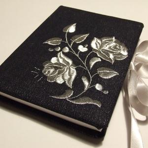 Ezüst farmer kalocsai napló , Jegyzetfüzet & Napló, Papír írószer, Otthon & Lakás, Hímzés, Könyvkötés, Kalocsai hímzéses farmerral borított bélelt napló, vagy könyv szatén szalag megkötővel és jelzőszala..., Meska