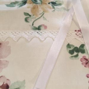 Vászon tasak rózsa mintás csipkével, Otthon & Lakás, Tárolás & Rendszerezés, Nagyméretű rózsás vászon, csipkével díszített légáteresztő pamut tasak, selyem megkötővel. Nagyszerű..., Meska