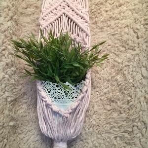 Makramé virágtartó, Otthon & Lakás, Dekoráció, Virágtartó, Modern makramé falidísz  Modern makramé virágtartóim melegséget, jó hangulatot teremtenek otthonunkb..., Meska