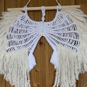 Fali makramé angyalszárny, Otthon & Lakás, Dekoráció, Falra akasztható dekor, Nagy angyalszárny makramét készítettem fehér toll hatású fonallal díszítve  a szárnyak végeit. ???? ..., Meska