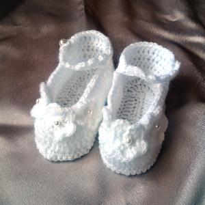 Horgolt baba cipő, Táska, Divat & Szépség, Gyerekruha, Ruha, divat, Gyerek & játék, Baba (0-1év), Horgolás, Hófehér acryl fonalbóll horgoltam ezt a kis cipőt,horgolt virágokkal és gyöngyökkel díszítettem. Tal..., Meska