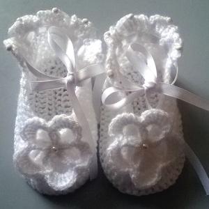 Horgolt baba cipő, Táska, Divat & Szépség, Ruha, divat, Gyerekruha, Gyerek & játék, Baba (0-1év), Horgolás, Fehér acryl fonalból horgoltam ezt a kis cipőt,gyöngyökkel díszítettem.Elég magas a sarkánál,szatén ..., Meska