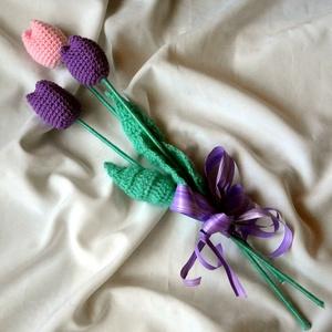Horgolt tulipán, Dekoráció, Otthon & lakás, Lakberendezés, Csokor, Asztaldísz, Horgolás, Tavaszt idéző horgolt tulipán.Rózsaszín és lila fonalból készült.\n39 cm hosszú a tulipán fejek 7 cm-..., Meska