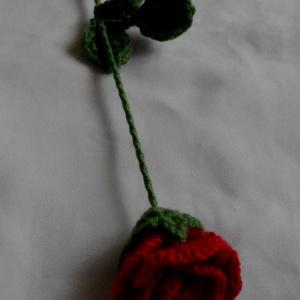 Valentin napi horgolt rózsa, Otthon & Lakás, Dekoráció, Csokor & Virágdísz, Horgolás, Kötő fonalból drót szárra készültek ezek a horgolt rózsák.Valentin napra nőnapra el nem hervadó szál..., Meska