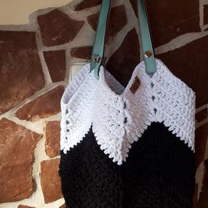 horgolt táska, Táska & Tok, Kézitáska & válltáska, Horgolás, Egyedi horgolt pakolós táska fekete fehér színekben, bőr füllel. Méretei: alapból 36 x 40 cm, de nyú..., Meska