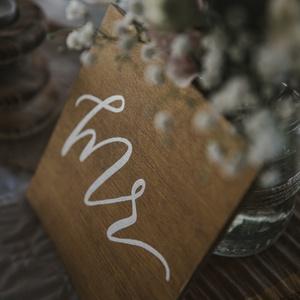 Mr és Mrs fatábla, Esküvő, Dekoráció, Tábla & Jelzés, Fotó, grafika, rajz, illusztráció, Kalligrafikus esküvői dekoráció. Igény esetén méret, szín és felirat is választható.\nEgyedi, kézzel ..., Meska