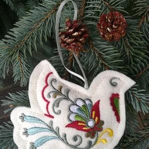 Hímzett gyapjúfilc akasztós dísz - galamb, Otthon & Lakás, Karácsony & Mikulás, Karácsonyfadísz, Hímzés, Varrás, Gyapjúfilcre, gépi hímzéssel készített, kézzel varrt, enyhén tömött dísz, szatén szalag akasztóval.\n..., Meska