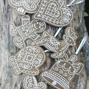 Karácsonyfadísz gyapjúfilcből - Mézeskalács csomag 7db +1 ajandék meglepetés mintával, Karácsony & Mikulás, Karácsonyfadísz, Egyik oldalán gépi hímzéssel díszített, kétrétegű gyapjúfilc díszek szatén szalag akasztóval  A csom..., Meska